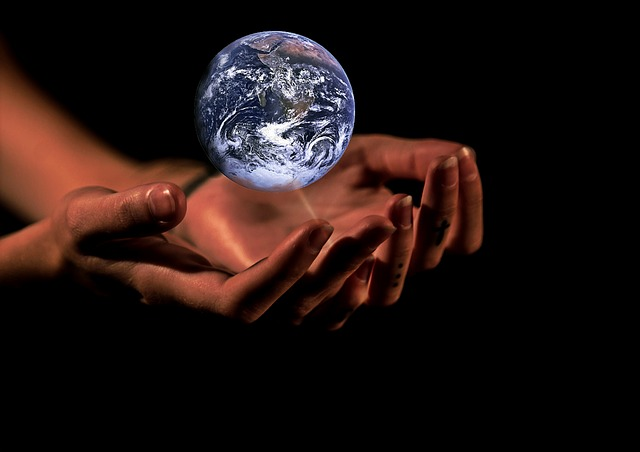 ruce pod zeměkoulí