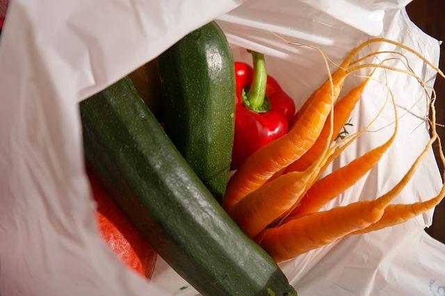 nákupní taška se zeleninou