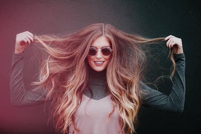 držet si vlasy