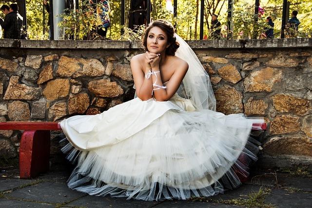sedící žena ve svatebních šatech