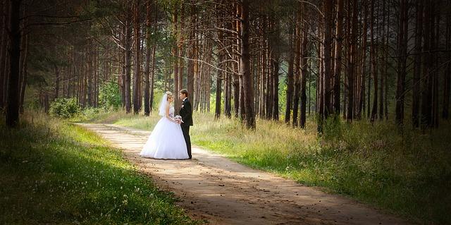 novomanželé v lese ve svatebním